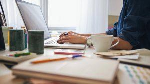 consultor seo en valencia - ordenador y cafe